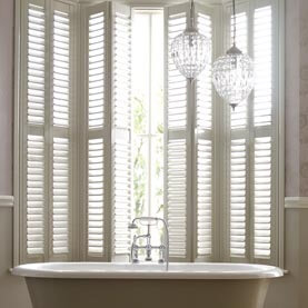 Folding shutters in a bathroom bay window